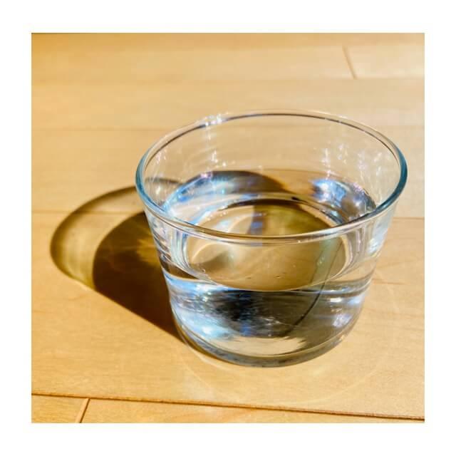 ボデガのグラスに水が入っているところ