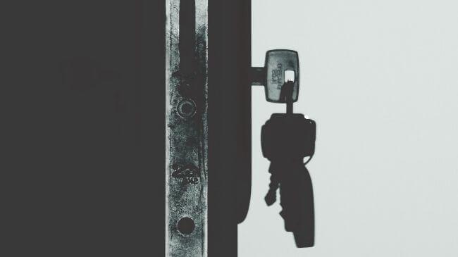 戸締りのために玄関扉に鍵をさしたところ