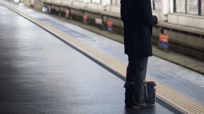 手ぶら通勤ではなく、鞄を持っているサラリーマン