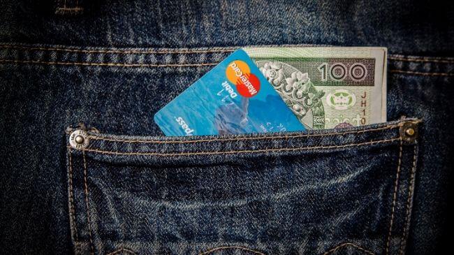 手ぶら通勤の人の場合、ズボンのポケットにお金を入れるケースもあり