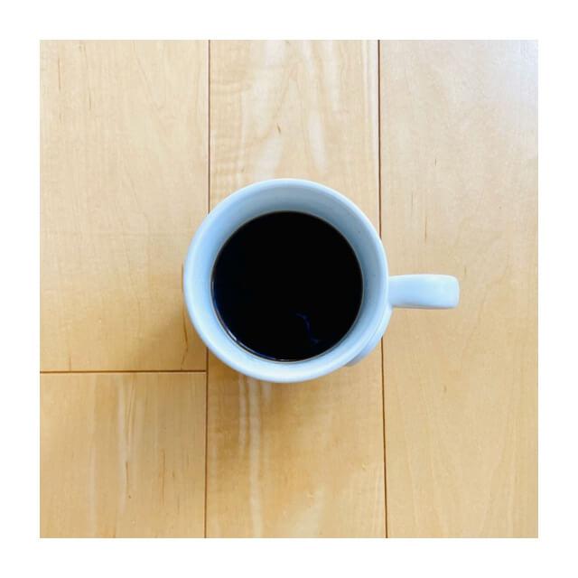 カフェオールドリッパーで入れたコーヒーとマグカップ