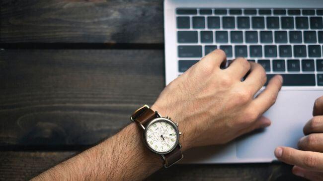 パソコンで作業中に時計で時間を確認しているところ