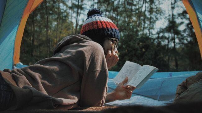 外で読書を楽しむ人