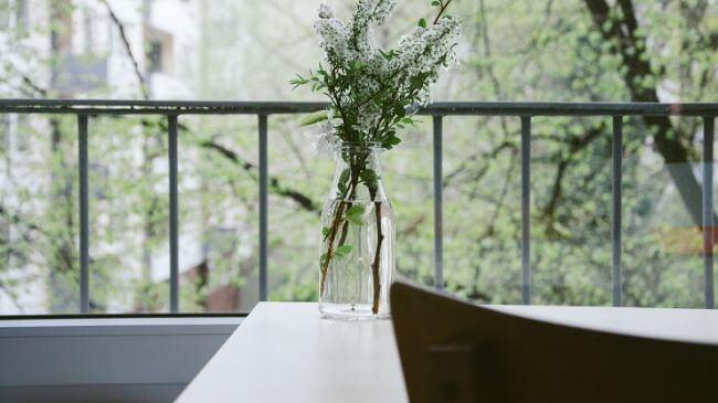 狭いベランダに置かれた花瓶