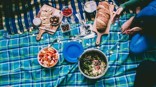 狭いベランダで食事を楽しむ人