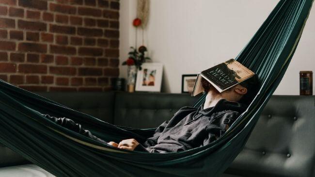 ハンモックで読書をしたまま寝てしまった人