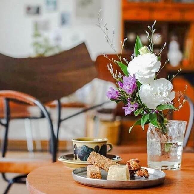 食卓に花を飾ったイメージ
