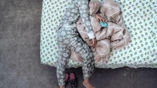 在宅勤務なのにパジャマ姿のまま仕事をする会社員が寝落ち