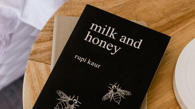 ミルクと蜂蜜と書かれたタイトルの本