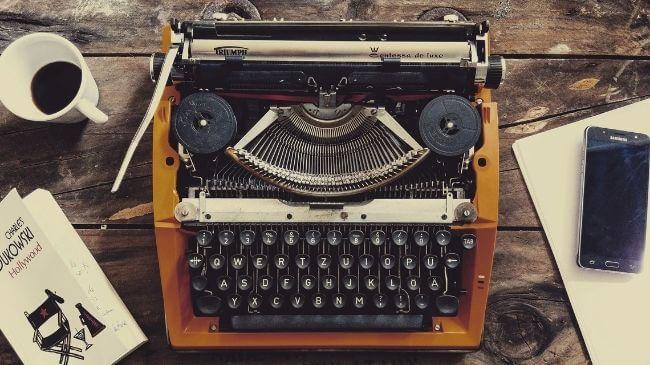 昔は一般的だった本を書くのに利用するタイプライター