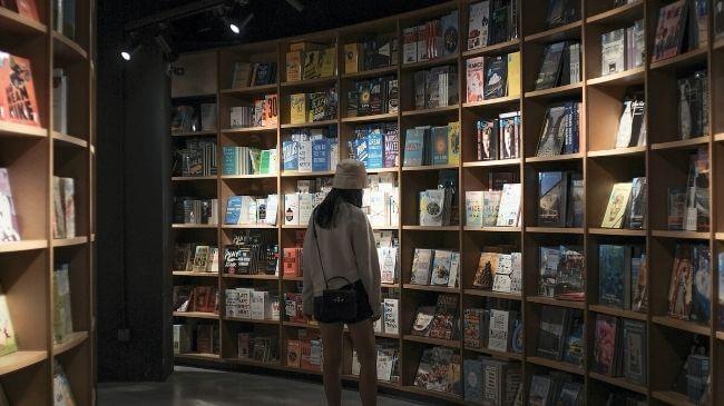 読書にお金がかかるので本屋で購入をためらう女性