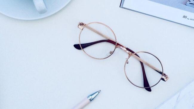 仕事にかかせない女性向けのメガネ