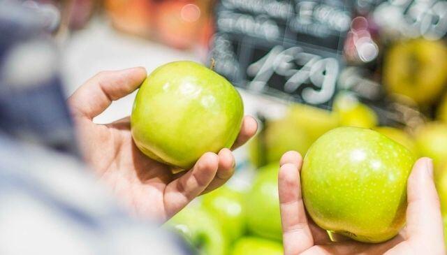 りんごを比べている男性
